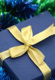 Cadre de cadeau de plan rapproché avec la bande d'or Image libre de droits
