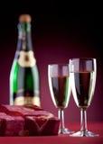 Cadre de cadeau, deux glaces et une bouteille de champagne. Photographie stock libre de droits