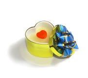 Cadre de cadeau en forme de coeur avec le coeur rouge Photographie stock
