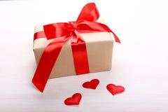Cadre de cadeau et coeurs rouges Photographie stock libre de droits