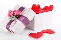 Cadre de cadeau et et coeurs Image stock