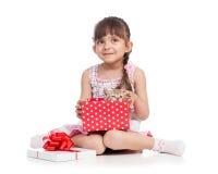 Cadre de cadeau heureux de fixation de fille d'enfant avec le chaton Images libres de droits