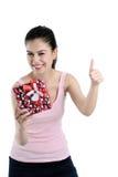Cadre de cadeau heureux de fixation de jeune femme Photos stock