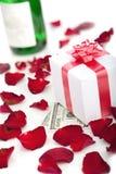 Cadre de cadeau, pétales roses sur le fond blanc. Photographie stock