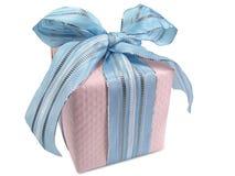 Cadre de cadeau rose avec la bande bleue Photo stock