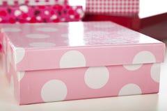 Cadre de cadeau rose et blanc de point de polka images libres de droits
