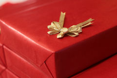 Cadre de cadeau rouge avec la bande et la proue Photo libre de droits