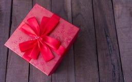 Cadre de cadeau rouge avec la proue rouge images stock