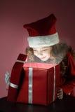 Cadre de cadeau rouge ouvert de fille Images stock
