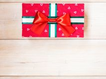 Cadre de cadeau sur l'étage en bois Photographie stock