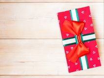 Cadre de cadeau sur l'étage en bois Image stock