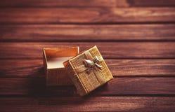 Cadre de cadeau sur la table en bois Images libres de droits
