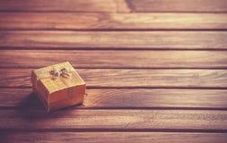 Cadre de cadeau sur la table en bois Images stock