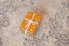 Cadre de cadeau sur le fond blanc Présent en métier et papier coloré décorés des arcs blancs de ruban de satin Noël et image stock