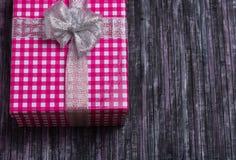 Cadre de cadeau Un cadeau pour mon épouse Un cadeau pour aimé Cadeau pour la nouvelle année et le Noël Fond en bois Image libre de droits