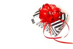 Cadre de cadeau Zigzag blanc noir Fond blanc, ruban rouge Rouge Image libre de droits