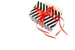 Cadre de cadeau Zigzag blanc noir Fond blanc, ruban rouge Images stock