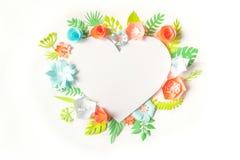 Cadre de coeur avec la fleur de papier de couleur Images libres de droits