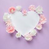Cadre de coeur avec la fleur de papier de couleur Photographie stock libre de droits