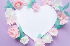 Cadre de coeur avec la fleur de papier de couleur Images stock