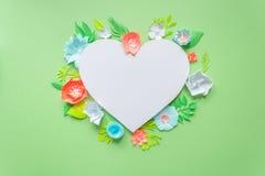 Cadre de coeur avec la fleur de papier de couleur Image libre de droits