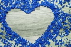 Cadre de coeur des confettis bleus - copiez l'espace Images stock