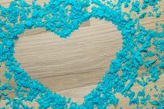 Cadre de coeur des confettis bleus - fond, l'espace de copie Photos stock