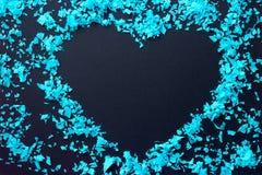Cadre de coeur des confettis bleus - sur le fond noir, l'espace de copie Image libre de droits