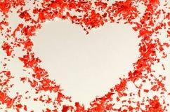 Cadre de coeur des confettis rouges - fond, l'espace de copie Photos stock