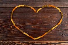 Cadre de coeur des pâtes colorées de fusilli Photos stock