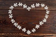 Cadre de coeur fait à partir des puzzles de carton Photographie stock