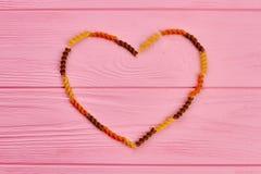 Cadre de coeur fait de pâtes de fusilli de blé Photos stock