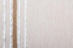 Cadre de dentelle sur le fond de tissu de toile Images stock