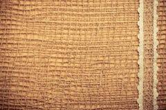 Cadre de dentelle sur le fond de tissu de toile de jute Image stock