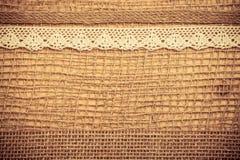 Cadre de dentelle sur le fond de tissu de toile de jute Image libre de droits