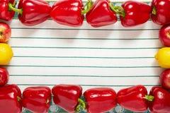 Cadre de fête des légumes et du fruit mûrs sur une serviette Plan rapproché Photo stock