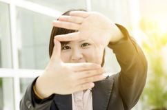 Cadre de fabrication femelle asiatique de main Photos libres de droits