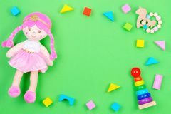 Cadre de fond de jouets d'enfants avec l'ours de nounours et blocs color?s sur le fond vert photo stock