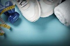 Cadre de forme physique avec des haltères, des chaussures de sport et la serviette Lif sain Images stock