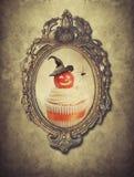 Cadre de jeune truie avec le petit gâteau de Halloween Images stock