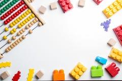 Cadre de jouets d'enfants sur le fond blanc Vue supérieure Configuration plate Photographie stock libre de droits