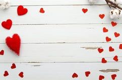 Cadre de jour de valentines des coeurs rouges sur le fond en bois blanc Vue supérieure Configuration plate Aimez le message Maque Photographie stock libre de droits