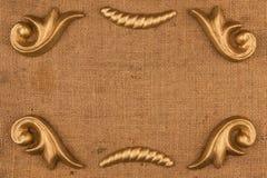 Cadre de luxe fait de plâtre d'or de stuc se trouvant sur la toile de jute image stock