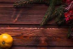 Cadre de Noël avec l'arbre de Noël et mandarines sur le dessus photographie stock