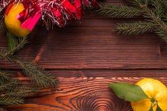 Cadre de Noël avec l'arbre de Noël et mandarines sur le dessus Photographie stock libre de droits