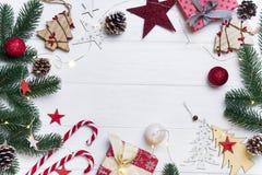 Cadre de Noël avec la sucrerie et les jouets images stock