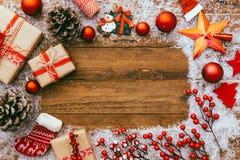 Cadre de Noël fait de décorations de fête, image stock