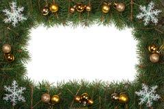 Cadre de Noël fait de branches de sapin décorées des boules et flocons de neige d'isolement sur le fond blanc Photographie stock
