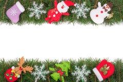 Cadre de Noël fait de branches de sapin décorées des flocons de neige bonhomme de neige et Santa Claus d'isolement sur le fond bl Photographie stock libre de droits