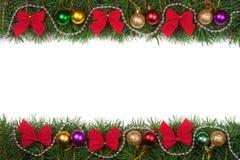 Cadre de Noël fait de branches de sapin décorées des perles de boules et arcs de rouge d'isolement sur le fond blanc Photo libre de droits